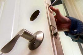 Монтаж дверей в канадских домах из сип панелей